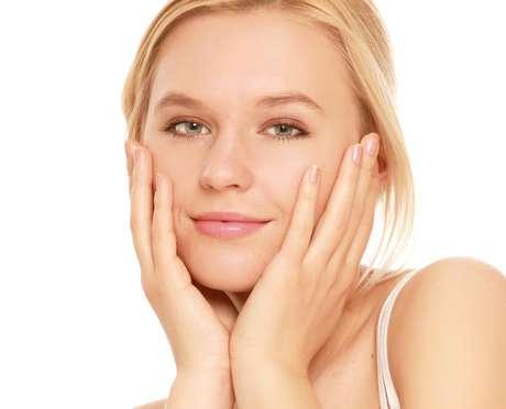 Os poros dilatados são comuns em pessoas com pele oleosa. Eles facilitam o acúmulo de poluição e de resíduos na cútis, deixando-a sem brilho e com textura irregular Foto: Shutterstock / Terra