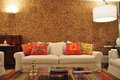 A parede texturizada imita pastilhas de madeira e combina com o material do piso e dos móveis Foto: Maurício Nóbrega