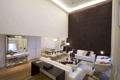 Gerson Dutra de Sá recomenda aproveitar toda a parede maior do ambiente com pé-direito duplo Foto: Gerson Dutra de Sá