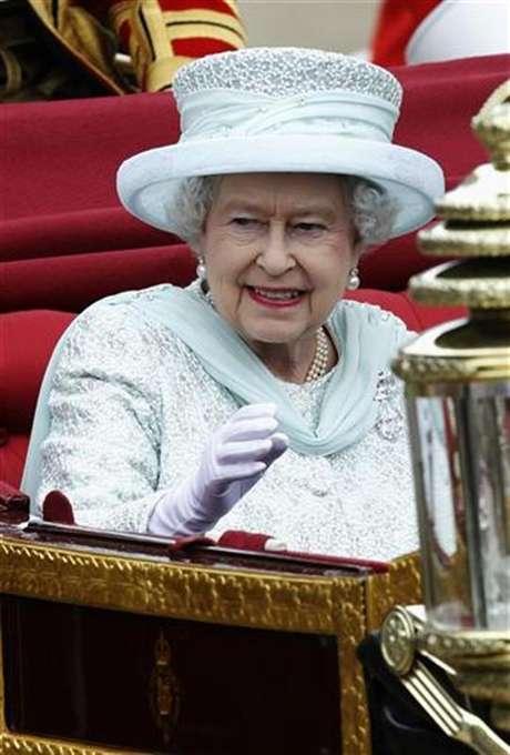 La reina Isabel II de Gran Bretaña a su salida del palacio de Westminster en Londres, jun 5 2012. La reina Isabel II de Gran Bretaña inició el martes el cuarto y último día de celebraciones por el Jubileo de Diamante con una aparición en un servicio en la catedral de San Pablo, antes de realizar un recorrido por Londres y un saludo desde el balcón del palacio de Buckingham.