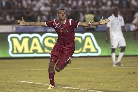 El delantero panameño Blas Pérez celebra después de marcar un gol durante el partido Panamá-Honduras por las eliminatorias mundialistas de la CONCACAF en San Pedro Sula, Honduras, el viernes 8 de junio del 2012.