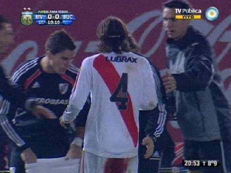 El jugador tuvo que cambiar cuatro veces de pantalón porque la hemorragía no paraba.