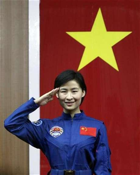 La primer astronauta china, Liu Yang, saluda durante una conferencia de prensa en la provincia de Gansu, jun 15 2012. China enviará este fin de semana a su primera mujer al espacio, desatando una ola de orgullo nacional en la potencia emergente, que da sus últimos pasos antes de tener una estación espacial en órbita la próxima década.