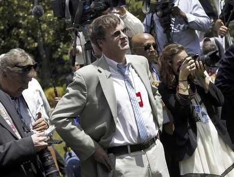 Neil Munro periodista conservador del Daily Caller, escucha al presidente Barack Obama, luego de increparlo por la aprobación de una medida que impediría la deportación de jóvenes inmigrantes, el viernes 15 de junio de 2012, en la Casa Blanca