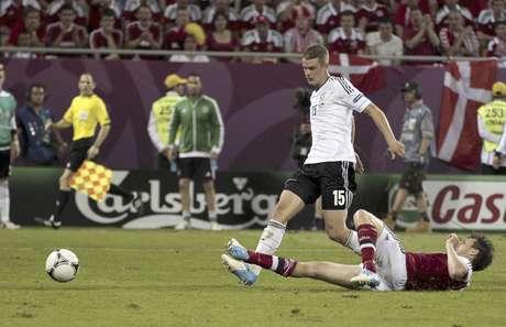 Lars Bender, en el centro, marca el segundo gol de Alemania ante Dinamarca en la Eurocopa el domingo 17 de junio de 2012.