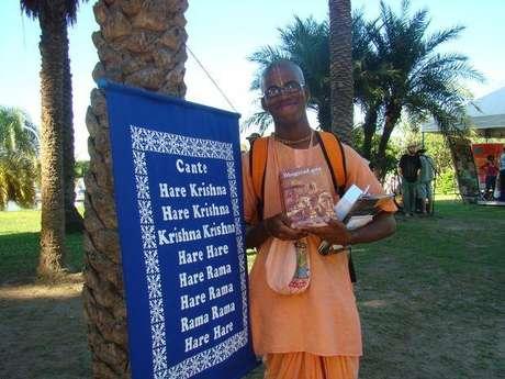 Durante la Cumbre, el monje Dhira Caitanyadas, 24 años, cantó mantras Hare Krishna.