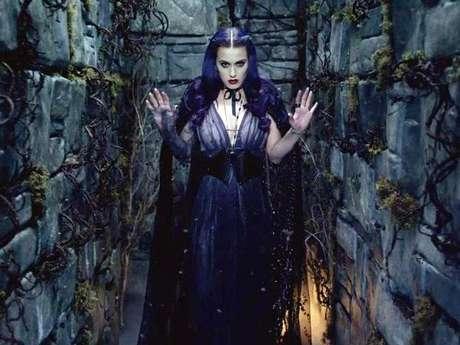 """Katy Perry luce como una sexy vampira, en el videoclip del tema """"Wide Awake"""", el último material audiovisual del exitoso disco """"Teenage Dream""""."""