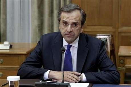 Imagen de archivo del primer ministro griego, Antonis Samaras, durante una reunión de gabinete en Atenas. jun 21 2012. El nuevo primer ministro de Grecia, y su ministro de Finanzas, no asistirán por problemas de salud a una cumbre de la Unión Europea la próxima semana, en la que Atenas propondrá aliviar los términos de su rescate.