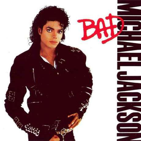 """""""Bad"""" (1987): Más de 30 millones de copias vendidas y 5 números uno en las listas de EE.UU. Nada más al publicarse, fue disco de oro en Norteamérica en concepto de ventas anticipadas. Michael Jackson deseaba batir un nuevo récord con este disco: publicar en formato single las once canciones que formaban el álbum. Casi lo consiguió, ya que fueron 10 los sencillos publicados, tanto en single, como en single promo. A la vez fue el primer y único artista en lograr cinco números 1 consecutivos en el Top 40 americano. """"Bad 25"""" se llama la reedición de uno de los discos más existosos de Michael Jackson que se relanzará en septiembre próximo, con un pack especial aniversario."""