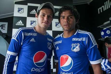 Pedro Franco y Humberto Osorio dejaron a un lado su timidez y se les vio posando bastante sonrientes con los hinchas que acudieron a la cita.