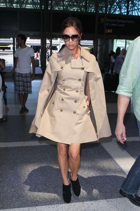 Victoria Beckham é uma das famosas adeptas da capa, uma forma de se proteger do frio fugindo dos casacos, boleros ou jaquetas Foto: Grosby
