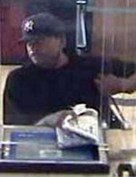 Este hombre es sospechoso de asaltar un banco en el barrio de Queens, Nueva York, en agosto del 2010. De acuerdo a informes del FBI, el sujeto es descrito como afroamericano, de entre 20 y 30 años de edad y de complexión media. El día del asalto vestía T-shirt negra, jeans azules, zapatillas blancas y una gorra de los Yankees.