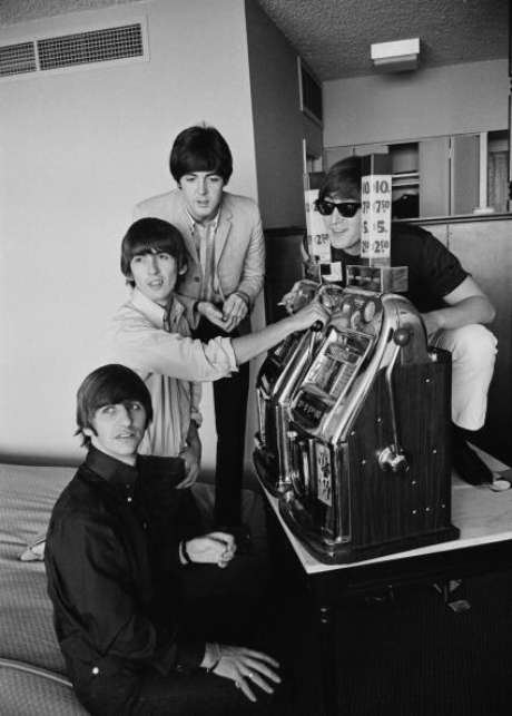 """El fotógrafo Harry Benson fue testigo con su cámara de """"una historia mayúscula"""": el auge de la """"beatlemania"""" y del pop, una experiencia que muestra ahora en un libro de edición limitada con las imágenes que tomó de los Beatles entre 1964 y 1966 durante la gira del grupo por Europa y Estados Unidos."""