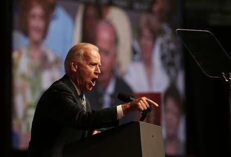 El vicepresidente recibió una ovación durante su discurso ante la NAACP.
