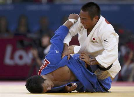 Japan's Misato Nakamura fights with North Korea's An Kum Ae (blue) during their women's -52kg elimination round of 16 judo match at the London 2012 Olympic Games July 29, 2012.