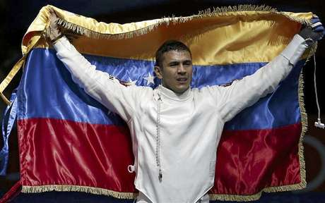 El venezolano, Rubén Limardo, sostiene su bandera nacional tras vencer al noruego Bartosz Piasecki en la final de la competencia de esgrima de los Juegos Olímpicos de Londres, ago 1 2012. Venezuela conquistó el miércoles su primera medalla de oro olímpica en casi medio siglo cuando Rubén Limardo se quedó con el título de espada masculina en los Juegos de Londres, en una jornada en la que Cuba y Colombia también sumaron preseas. Limardo venció 15-10 al noruego Bartosz Piasecki en la definición de su prueba