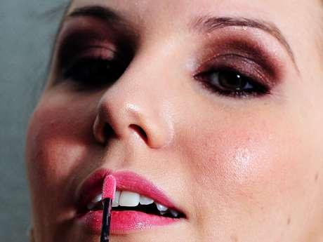 Regis lembra às mulheres que é importante delimitar bem o contorno do lábio, para que o gloss não escorra nas laterais