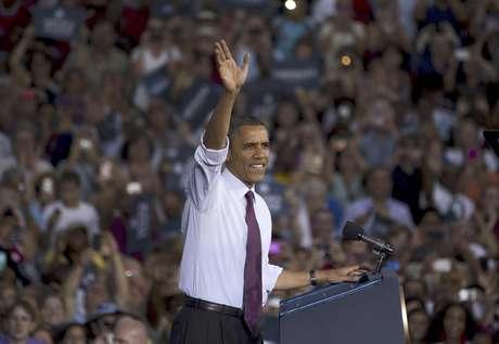 El presidente  Barack Obama saludsa a la concurrencia en un acto de campaña en la Escuela Secundaria del Condado Loudoun, en Virginia, el jueves, 2 de agosto del 2012.