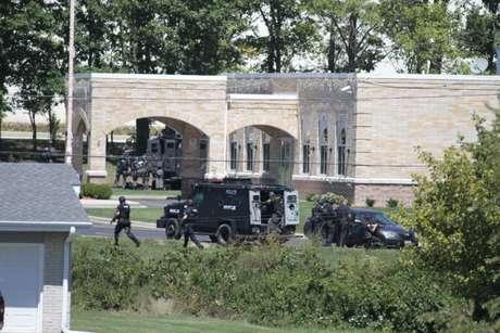 """Un sospechoso de un tiroteo ocurrido el domingo en un templo de la religión sij en Wisconsin fue """"suprimido"""" frente al santuario, informó la Policía estatal, mientras un hospital afirmó que atendía a tres víctimas del incidente."""