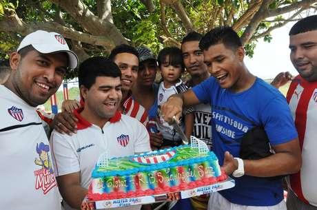 Un grupo de hinchas celebró junto a los jugadores el cumpleaños 88 del equipo.