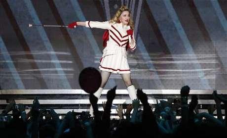 La cantante Madonna durante un concierto de su gira MDNA en el estadio olímpico de Moscú, ago 7 2012. La cantante de pop Madonna se puso el pasamontañas de la marca comercial utilizada por la banda de punk Pussy Riot durante un concierto en Moscú, a fin de pedir a Rusia que ponga en libertad a sus tres miembros en un juicio por irrumpir en una iglesia ortodoxa rusa y protestar contra Vladimir Putin.