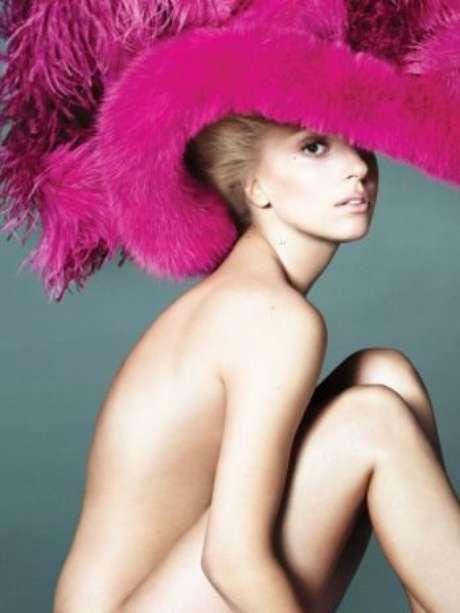 Ahora que a Lady Gaga le dió por aparecer sin nada de ropa en la revista Vogue, nos pusimos a investigar y encontramos que esta no es la primera vez que la estrella de la música pop posa desnuda.