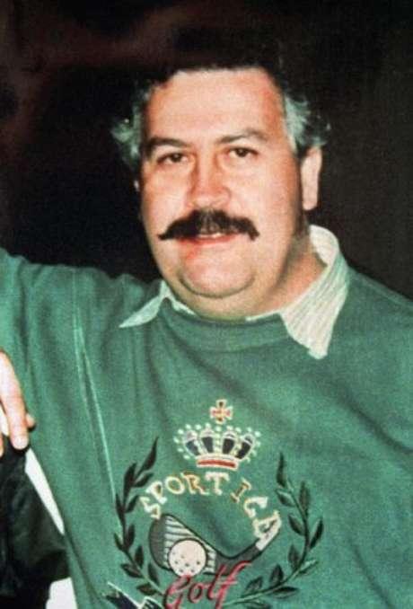 Pablo Escobar fue dado de baja el 2 de diciembre de 1993 por el Bloque de Búsqueda, un grupo creado por la Policía Nacional y los cuerpos antidrogas de EE.UU., cuyo principal objetivo era capturarlo. En 1989, la revista Forbes declaró a Escobar como el séptimo hombre más rico del mundo, pero recientes hallazgos han hecho ver que la venta de drogas le trajo beneficios de más de 25.000 millones de dólares, entrando en la lista de las diez personas más ricas de la historia.