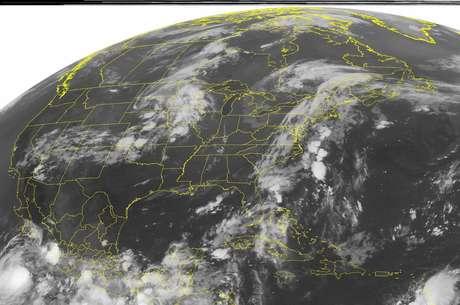 Imagen de satélite de la Administración Nacional del Océano y la Atmósfera (NOAA), del domingo 12 de agosto de 2012 a la 1.45 a.m., hora de la costa este, mostrando una fuerte nubosidad frente a la costa mexicana del Pacífico, en la esquina inferior izquierda. La tormenta tropical Héctor se fortaleció levemente el domingo frente a la costa occidental de México, pero los meteorólogos esperan que aleje más de tierra en los próximos días.