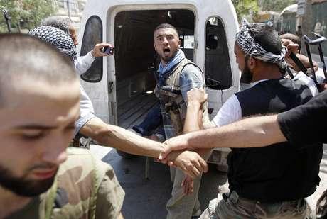 Un soldado sirio reacciona tras escuchar la noticia de que su comandante ha sido abatido por un tanque en Alepo.