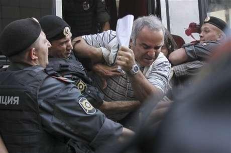 Garry Kasparov en el momento que es detenido por la policía rusa. El ex campeón mundial de ajedrez encabezó una protesta contra Vladimir Putin por el arresto de un grupo musical.