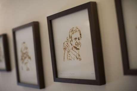 Es un arte único en su clase. Las pinturas son hechas con humo de marihuana y la obra es del artista de Brasil, Fernando de La Rocque.