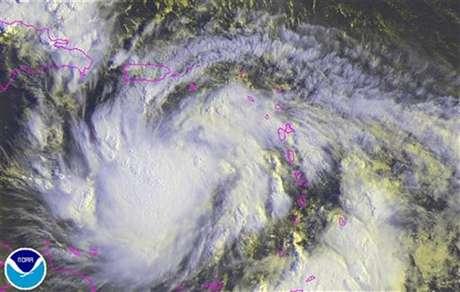 Imagen satelital del paso de la tormenta tropical Isaac, ago 23 2012. La tormenta tropical Isaac se debilitó levemente mientras provocaba fuertes lluvias costa afuera de Puerto Rico y las Islas Vírgenes el jueves, pero se esperaba que se fortaleciera hasta convertirse en huracán antes de avanzar sobre República Dominicana y Haití, dijeron meteorólogos estadounidenses.