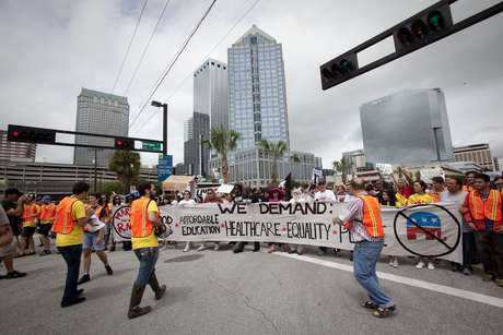 Cientos de manifestantes marcharon frente a la Convención Republicana en Tampa.