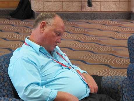 El bullicio de la Convención parece no molestar a este colega que decidió tomarse una siesta a la vista de todo el mundo, menos su editor en jefe.
