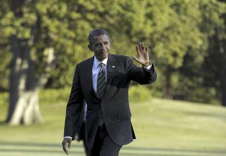 El presidente Barack Obama saluda mientras camina por los jardines de la Casa Blanca en Washington, el miércoles 29 de agosto de 2012, luego de volver de un viaje de campaña.