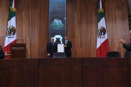 """""""Que esto sea para bien"""", le dijo el titular de la sala superior del TEPJF Alejandro Luna Ramos al presidente electo de México Enrique Peña Nieto al momento de entregarle la constancia de mayoría."""