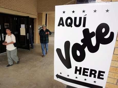 Hispanos acuden a votar en una casilla de San Antonio, Texas, en las elecciones del 2004.