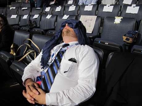 Pero hay quienes al parecer ya se cansaron como este señor o quizás están tomando una siestecita para estar totalmente alertas en la noche.