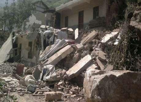 Wen, que se encuentra en la zona montañosa de Yiliang para dirigir las tareas de rescate y visitar a los afectados, ha pedido a los equipos de asistencia que lleguen a todas las aldeas afectadas a lo largo del día de hoy.