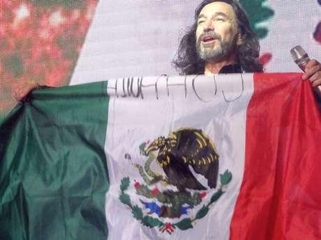 El ex integrante de Los Bukis, mostró el amor por su tierra, en Texas.