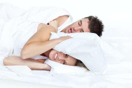 Roncar es un trastorno respiratorio que afecta entre 30 y 40% de los adultos, siendo más frecuente en hombres, además de aumentar con la edad. Se estima que más de 60 personas, con más de 55 años, sufren con el ruido nocturno.