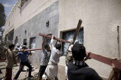 Protesters break the windows of the U.S. embassy in Sanaa September 13, 2012.