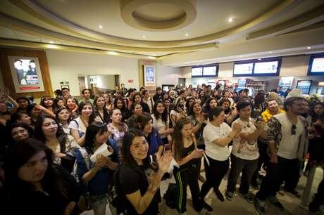 Cientos de fanáticas llegaron el Cinemark de Plaza Vespucio para celebrar el cumpleaños de Bella