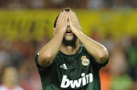 Sevilla resistió los embates de un desangelado Real Madrid, que perdió su segundo partido y se aleja a ocho puntos del Barcelona.