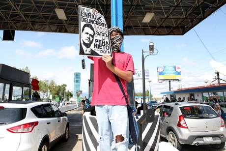Al menos medio centenar de jóvenes integrantes del Movimiento #YoSoy132, tomaron las casetas de salida del Distrito Federal permitiendo a los automovilistas cruzar sin pagar peaje.