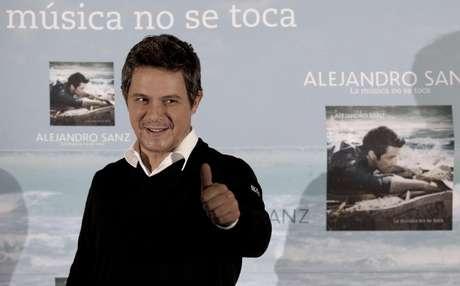 """El cantautor español Alejandro Sanz durante una conferencia de prensa en la Ciudad de México el lunes 17 de septiembre de 2012. Sanz está en México promoviendo su más reciente álbum """"La música no se toca""""."""