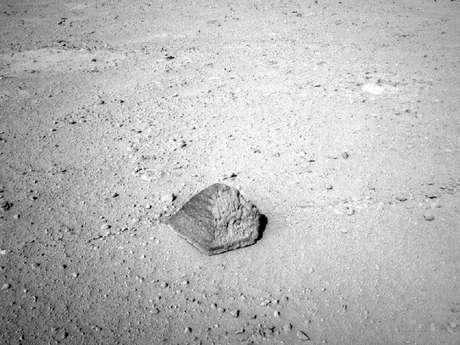 Roca de unos 25 centímetros de altura y 40 de diámetro encontrada por el Curiosity durante su recorrido por suelo de Marte.