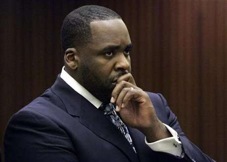 Former Detroit Mayor Kwame Kilpatrick listens to Judge David Groner during his sentencing hearing where he received 120 days in jail in Detroit, Michigan October 28, 2008.