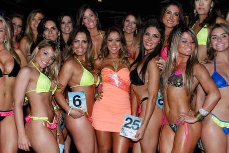 A Panicat Carol Narizinho posou ao lado das candidatas do concurso A Bela da Praia Foto: Amauri Nenh  / AgNews