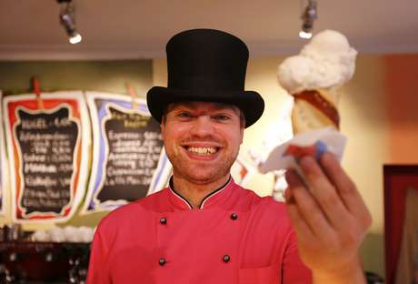 Além de sabores de seis cervejas, a sorveteria alemão ainda serve sorvete de linguiça branca e frango assado Foto: Michael Dalder / Reuters